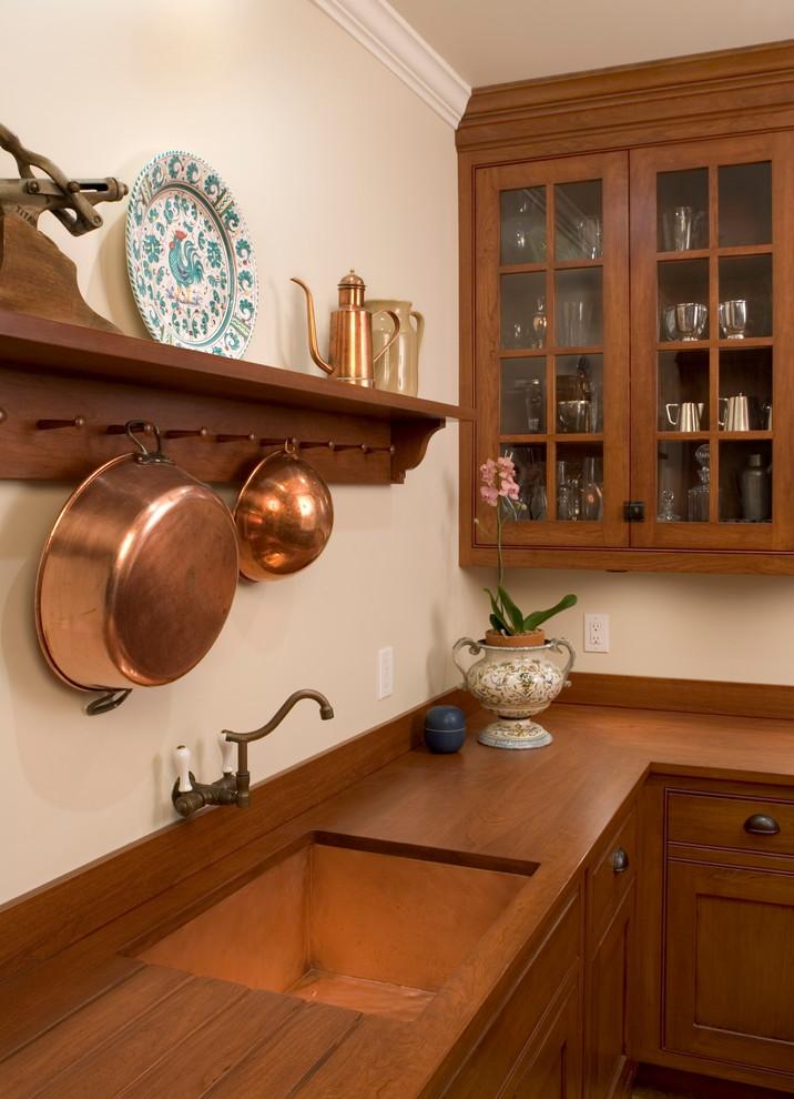 Стильный дизайн раковины из меди в интерьере кухни от Lasley Brahaney Architecture + Construction