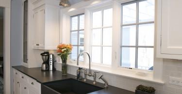 Оригнальный дизайн раковины из сланца в интерьере кухни от Century Bay Builders