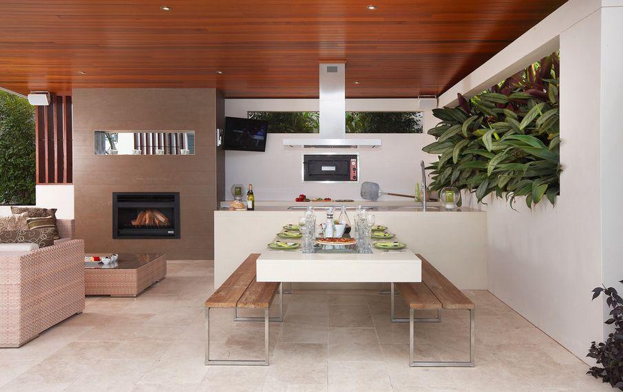 Оригинальная пара деревянных скамеек в стильном интерьере кухни