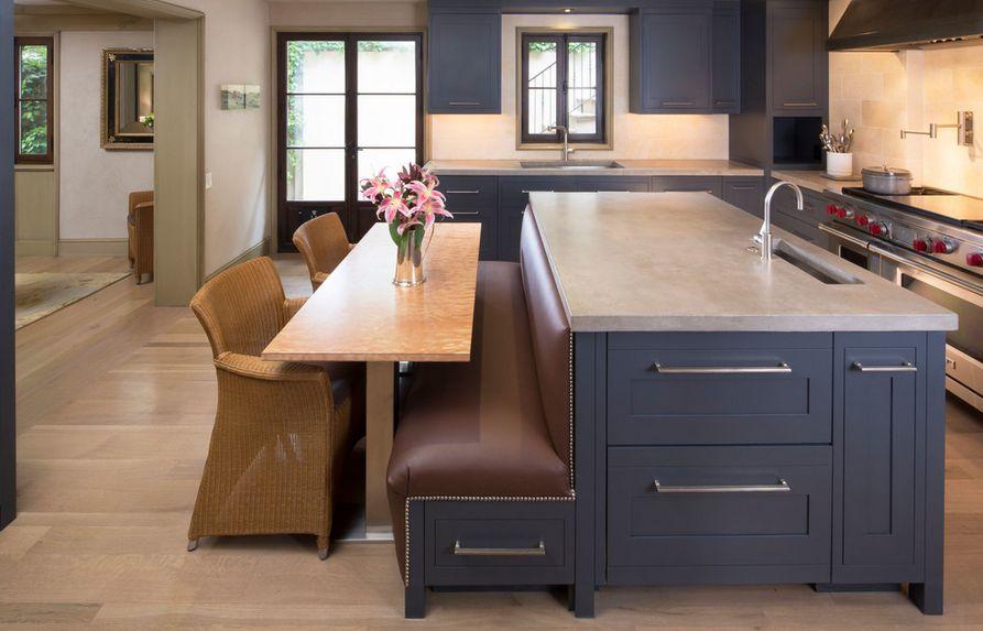 Оригинальная скамейка с мягким сиденьем в стильном интерьере кухни