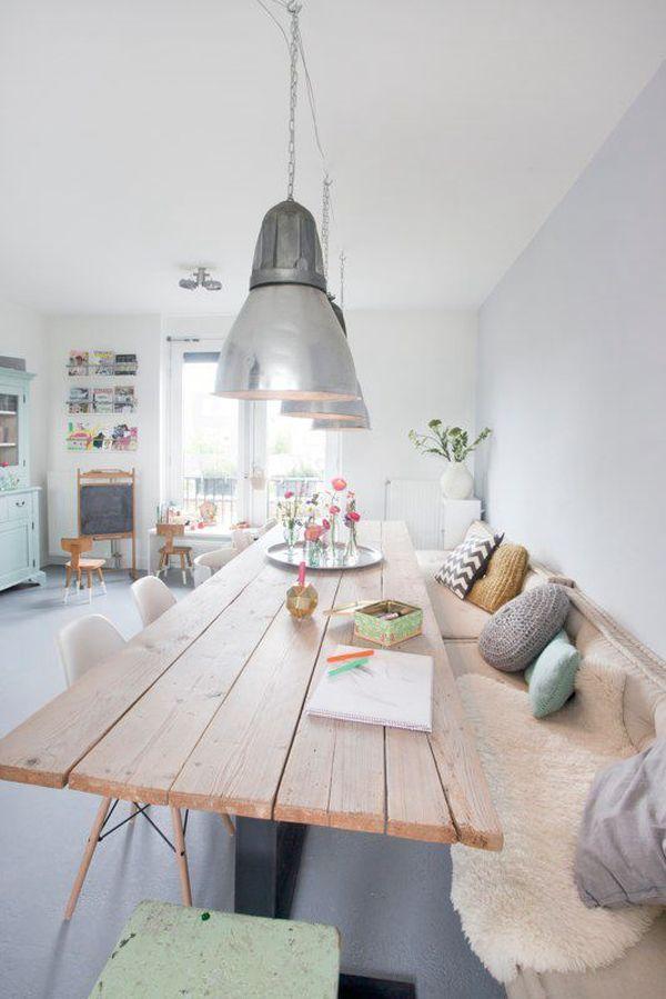 Оригинальная скамейка в стильном интерьере кухни