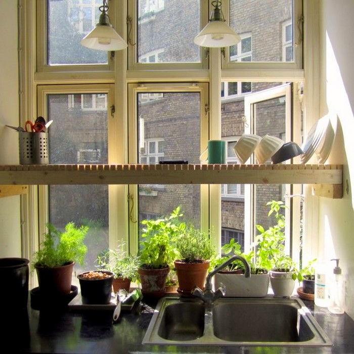 Раковина на кухне у окна