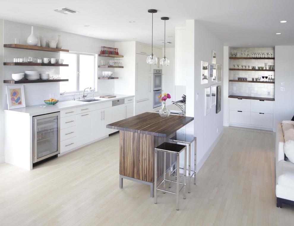 Открытые деревянные полки с керамической поусудой в интерьере белой кухни