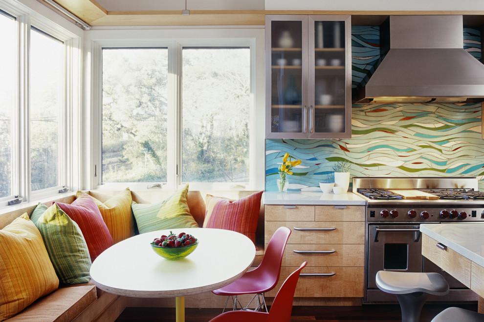 Витражный фартук от Laura Garanzuay в стильном интерьере кухни от McKinney York Architects