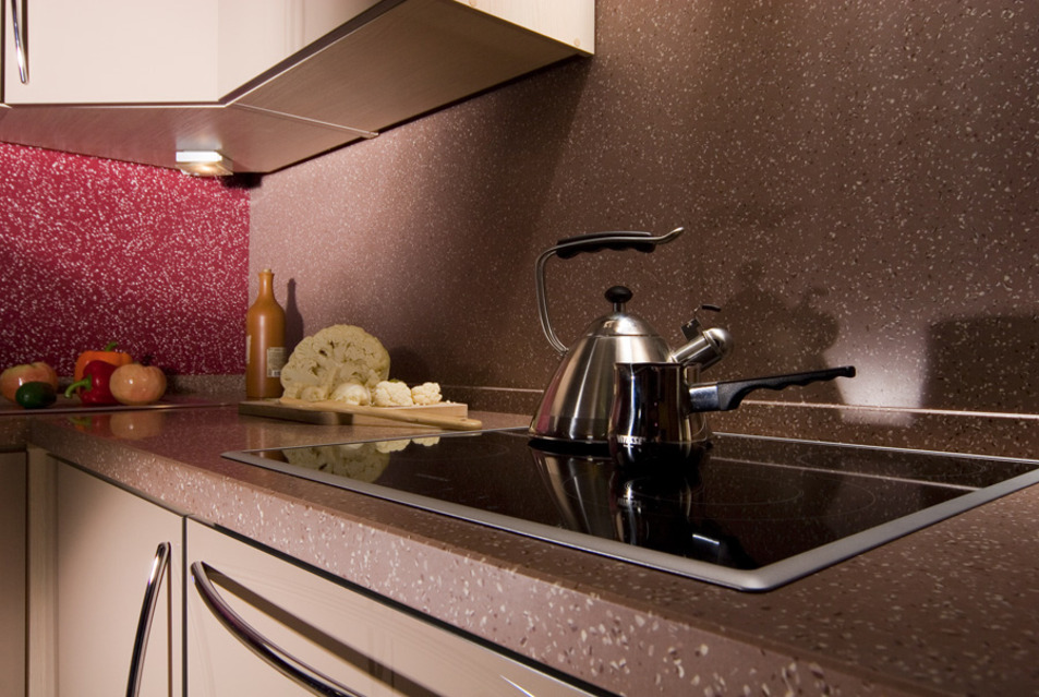 Восхитительное оформление кухонного фартука из искусственного камня