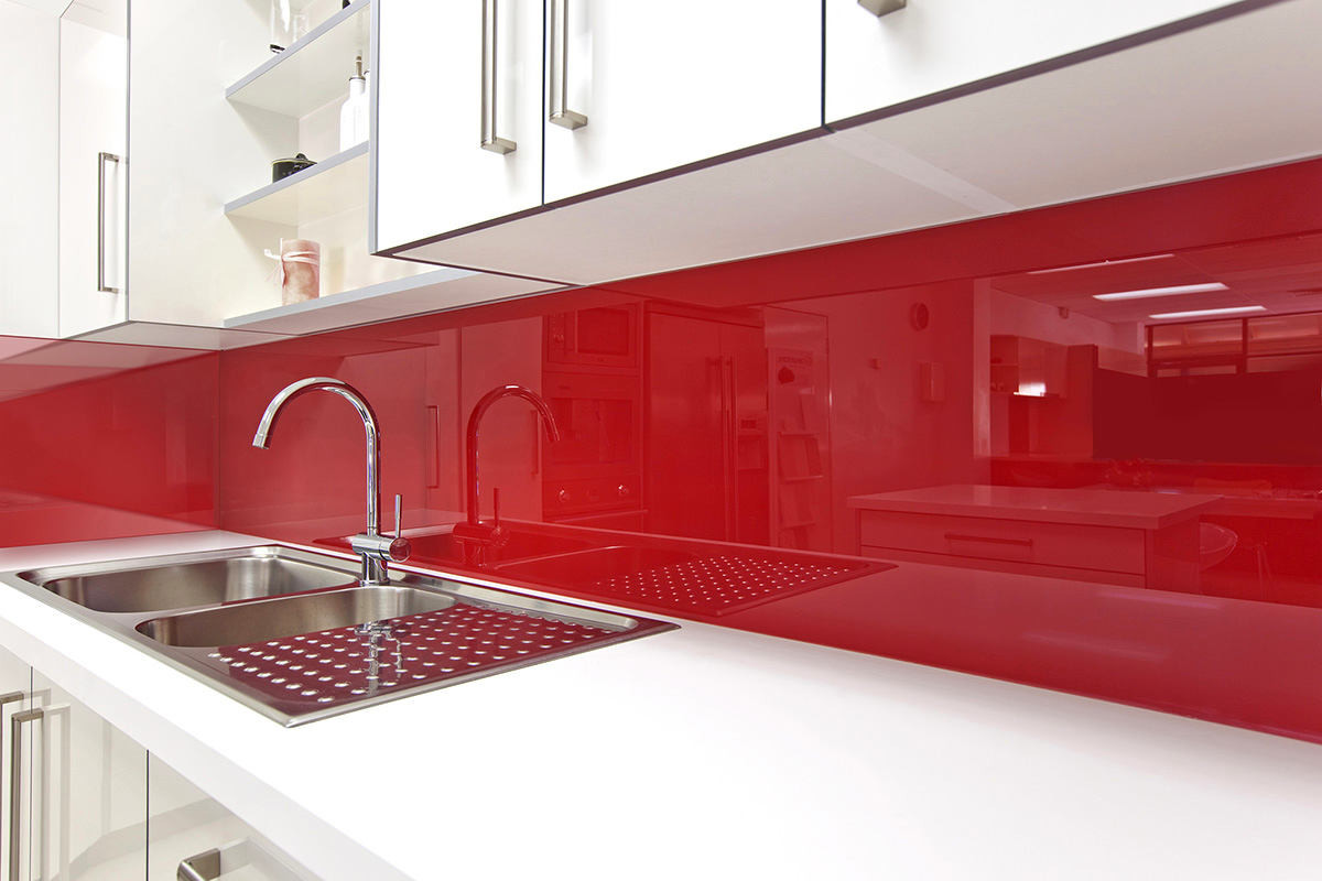 Красный фартук из стекла
