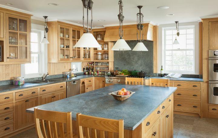 Кухонный остров со столешницей из мыльного камня