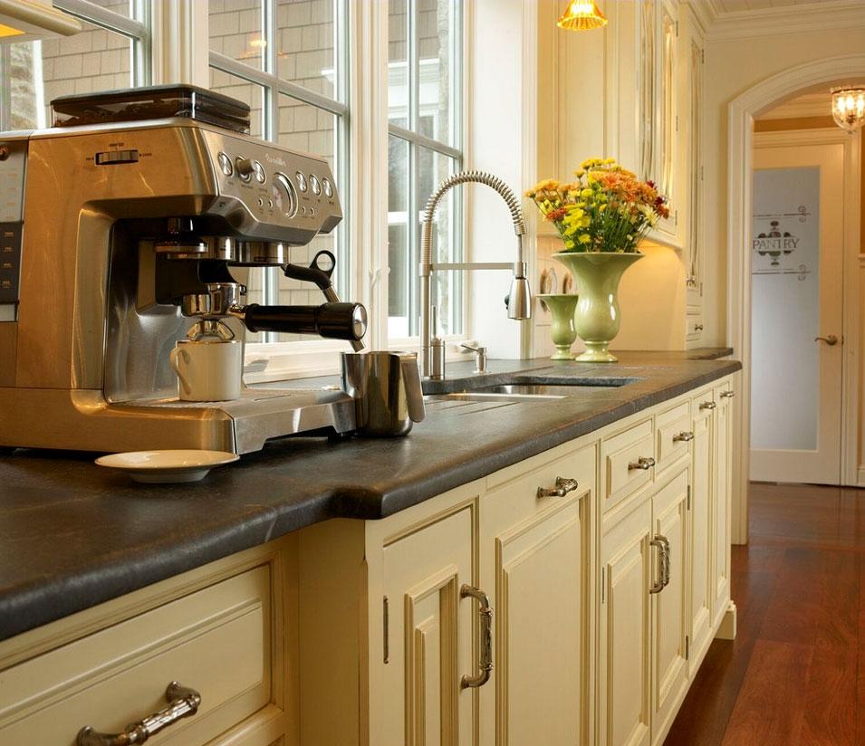 Черная поверхность на кухне из мыльного камня