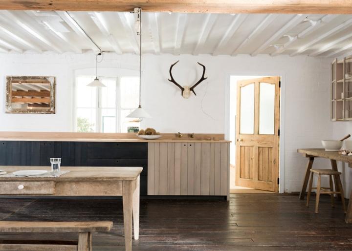 Белые стены и деревянная мебель на кухне