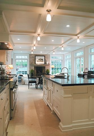 Белый кухонный остров с черной столешницей
