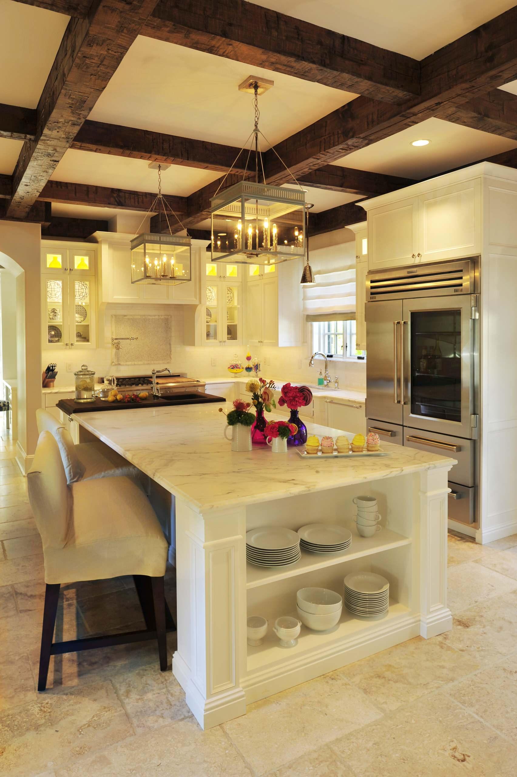 Кухонный остров с мраморной столешницей