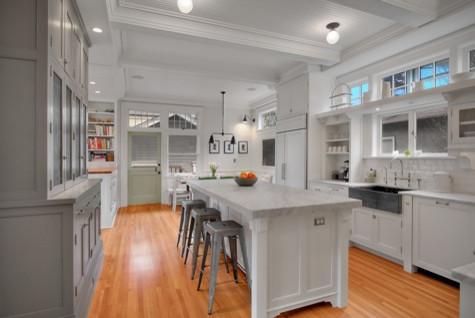 Кухонный остров в белом цвете