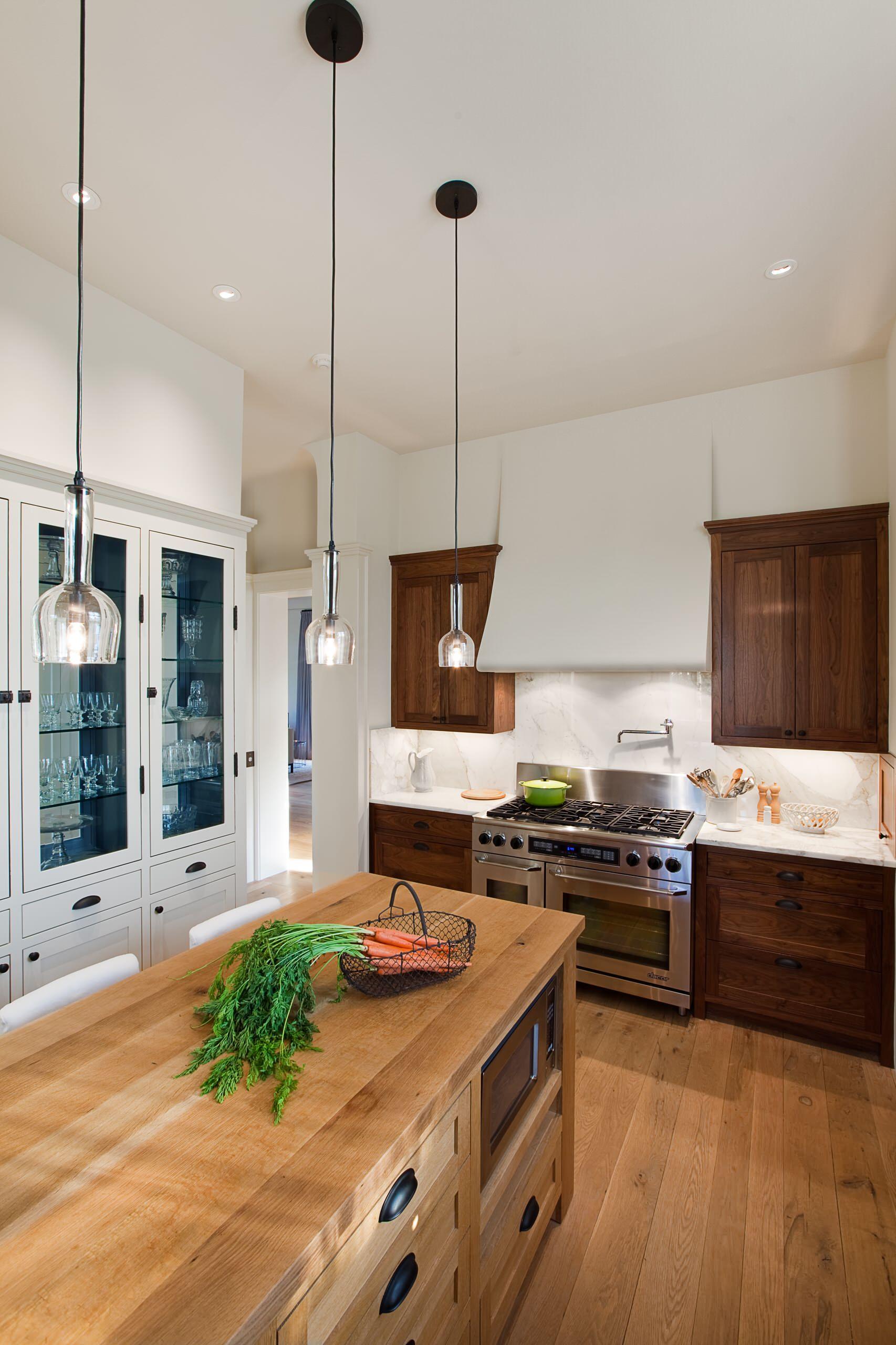 Стеклянные светильники на кухне