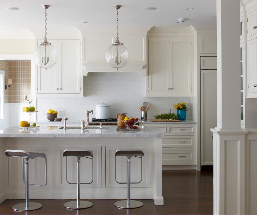 Круглые подвесные светильники на кухне