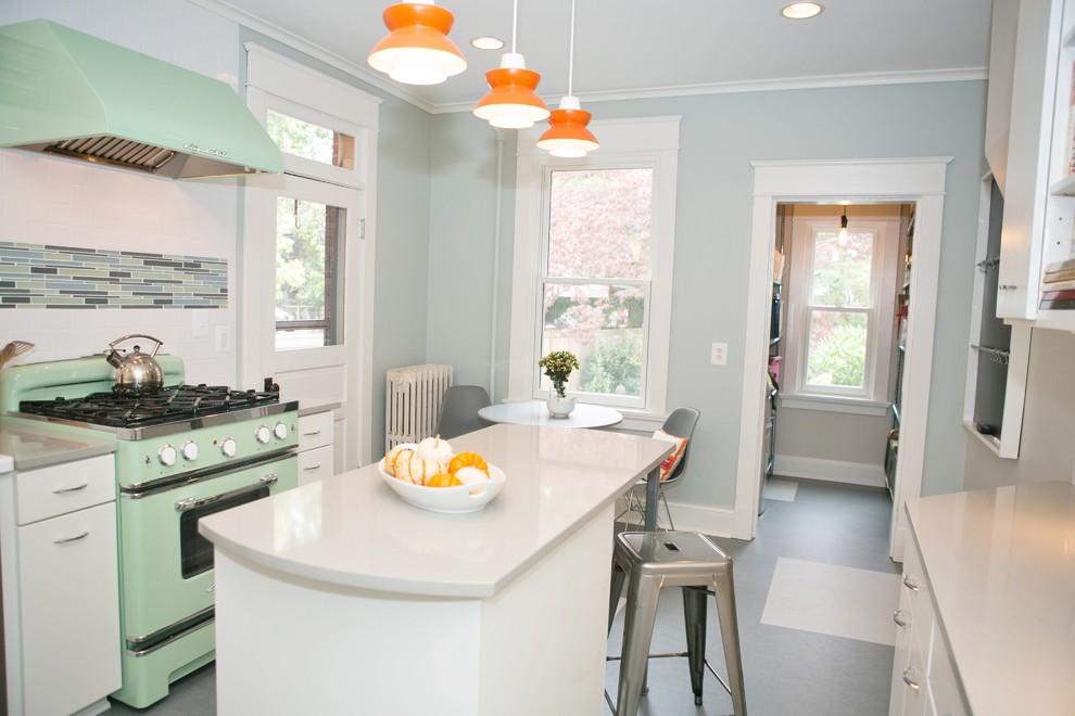 Оранжевые лампы на кухне