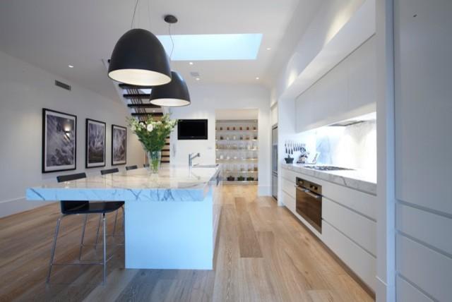 Черные куполообразные светильники на кухне