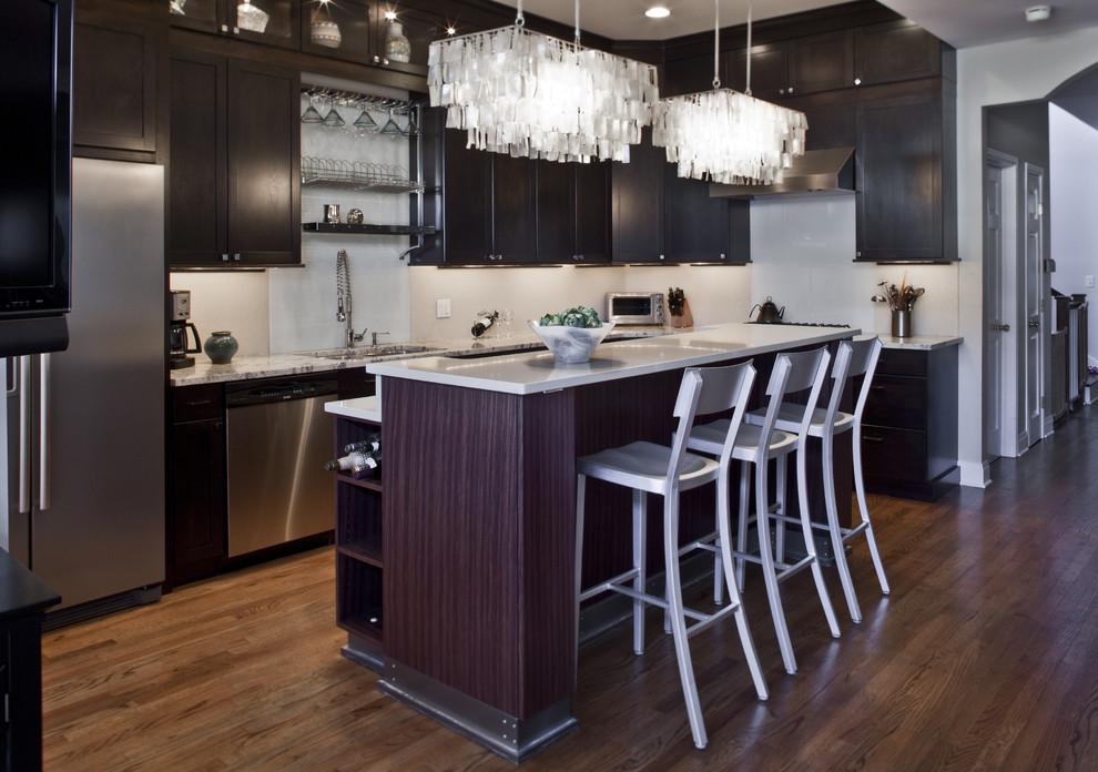 Современная люстра на кухне