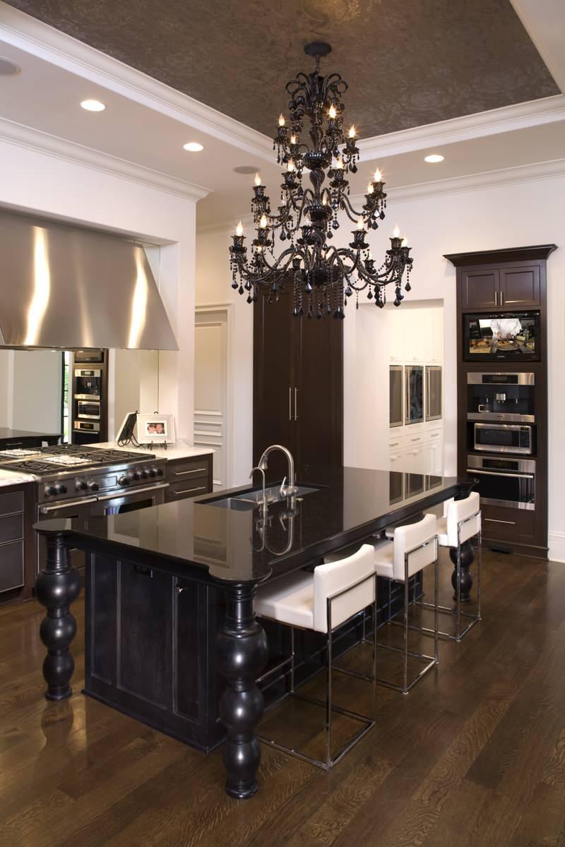 Люстра в готическом стиле на кухне