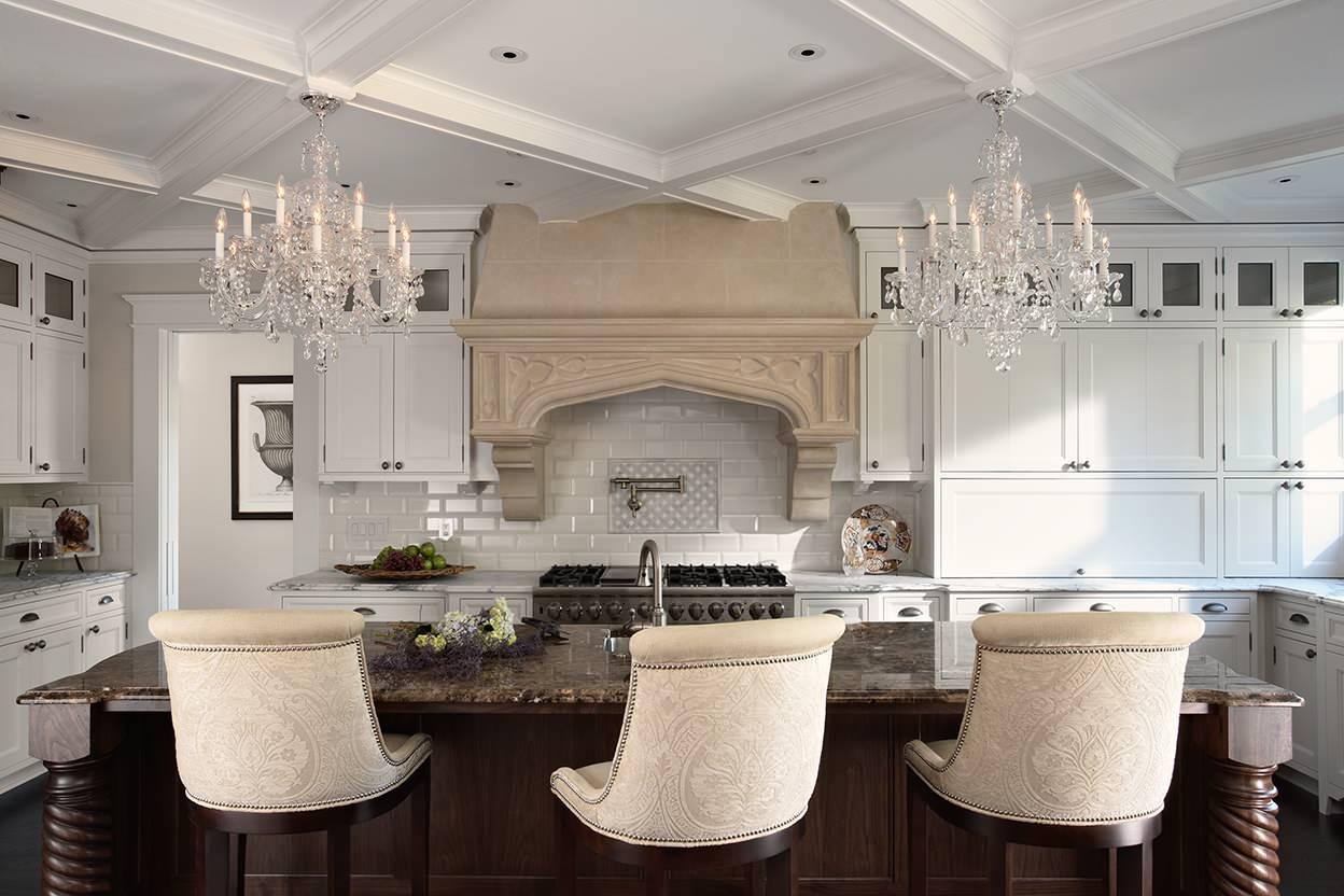 Люстры в виде свечей на кухне