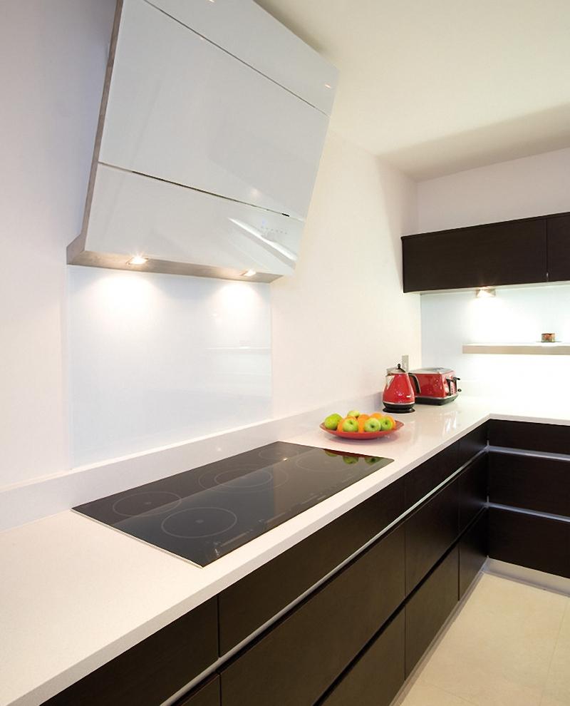 Современная вытяжка и сенсорная плита в интерьере кухни от Glenvale Kitchens