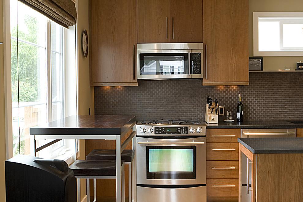 Современная бытовая техника в интерьере кухни от Logan's Hammer Building & Renovation