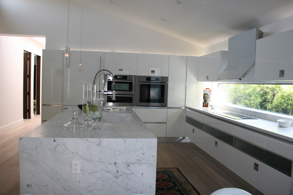 Кухня с мраморным островом от See Construction