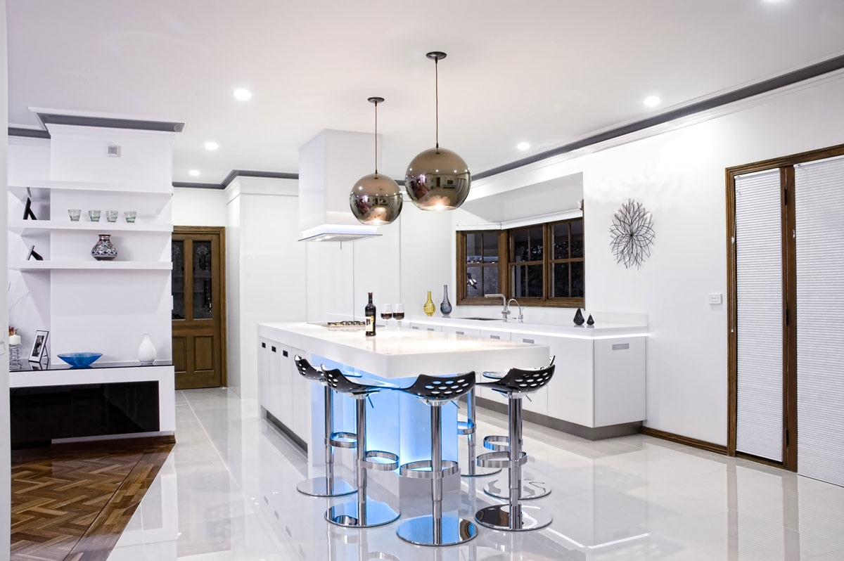 Люстры в форме шара в интерьере кухни