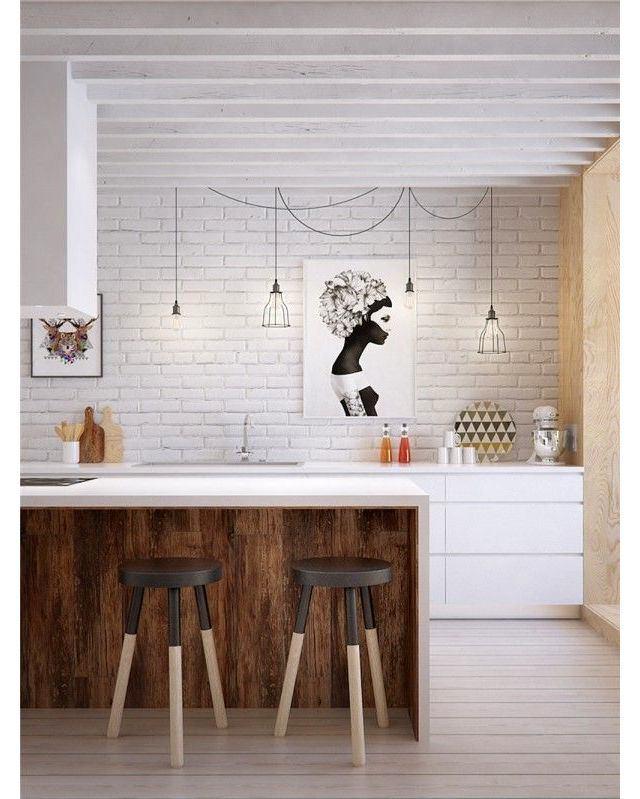 Деревянный кухонный остров с белой столешницей