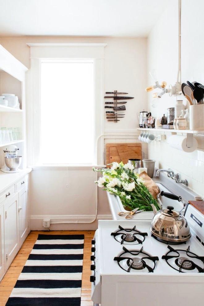 Полосатый коврик на кухне