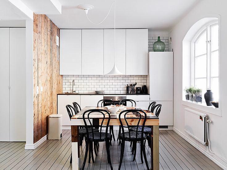 Черные стулья на кухне
