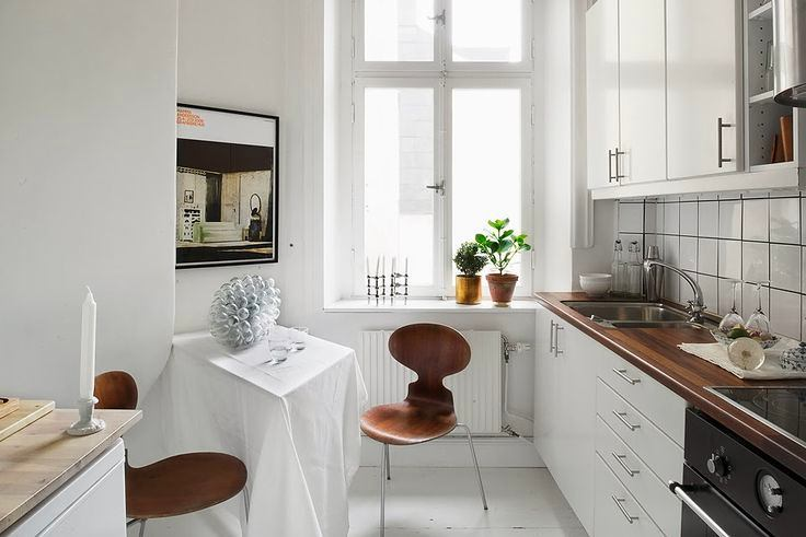 Белые стены и коричневая мебель на кухне