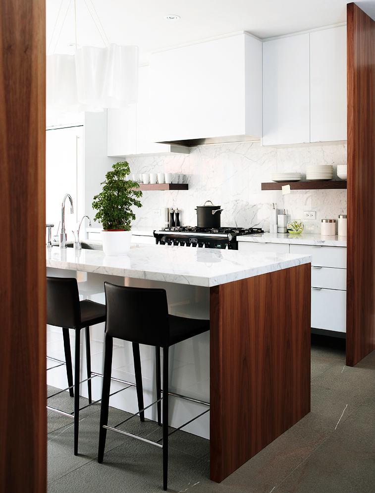 Черные барные стулья на белой кухне