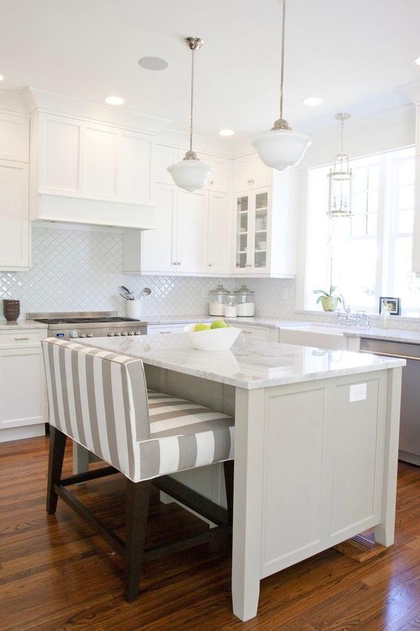 Скамья в полосатую обивку на белой кухне