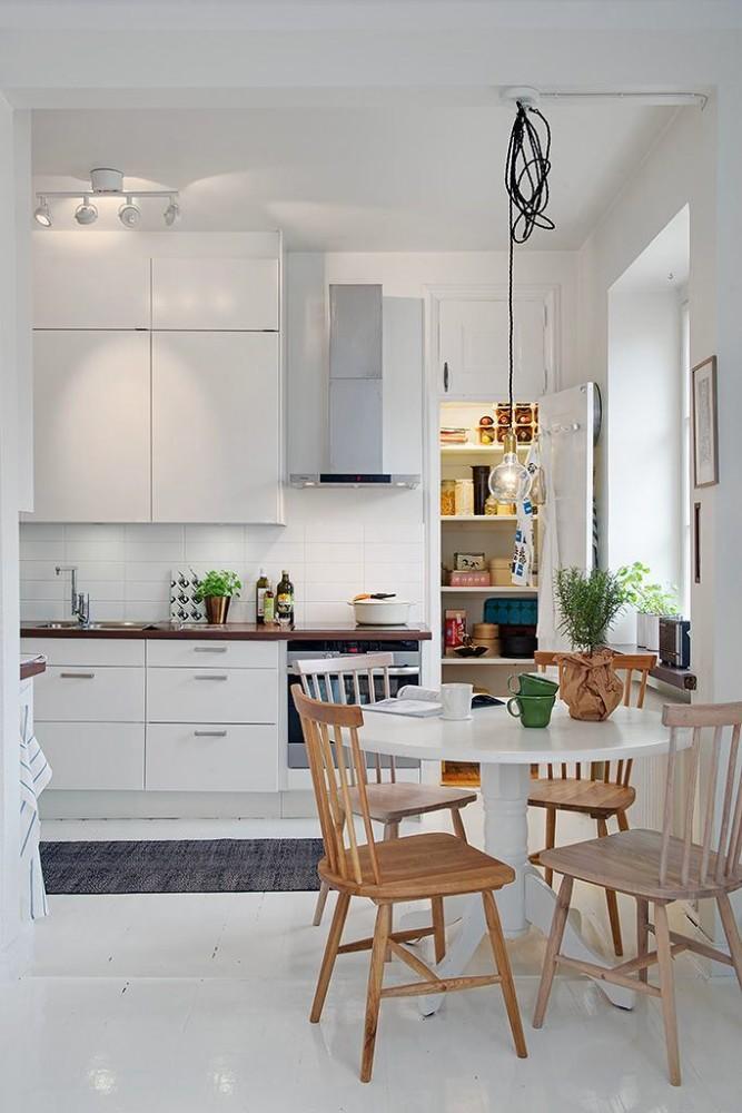 Круглый стол на белой кухне