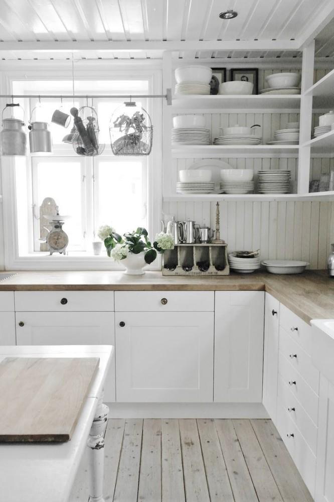 Окно на белой кухне