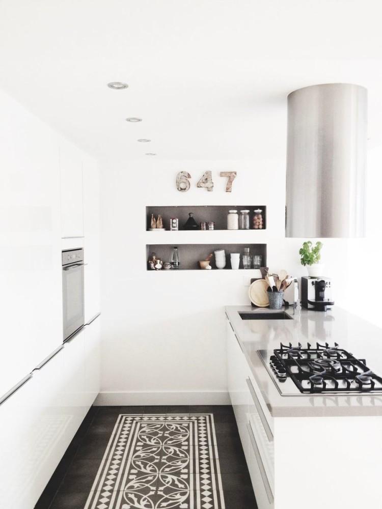 Черный пол на белой кухне