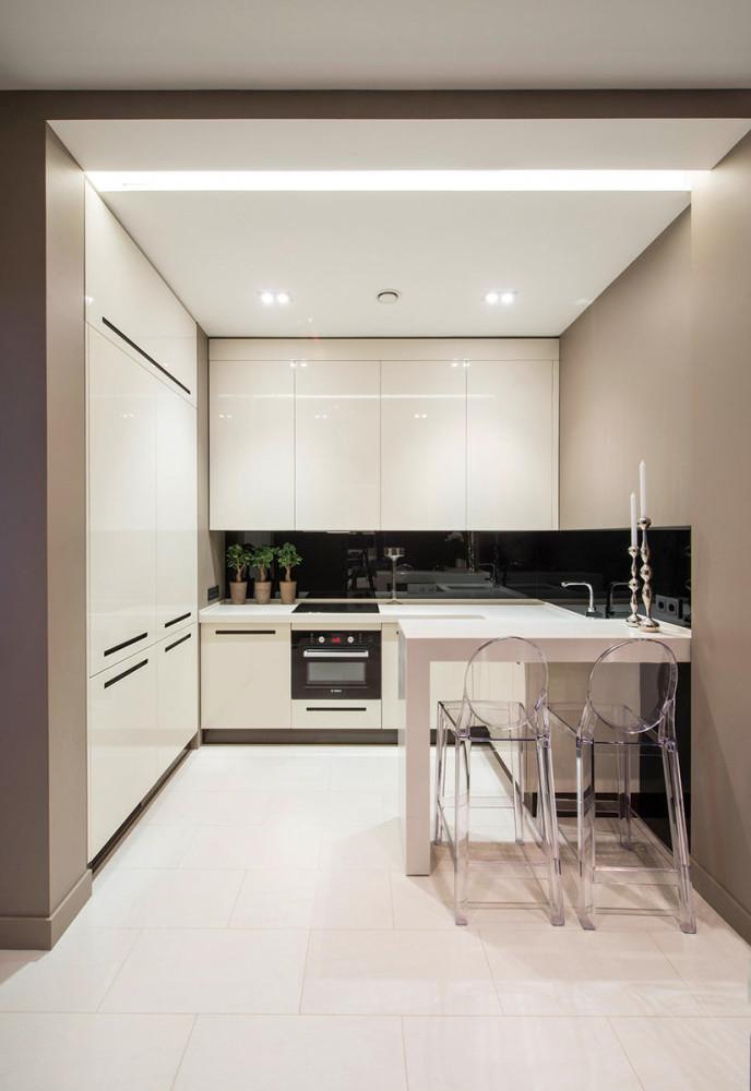 Точечное освещение на белой кухне