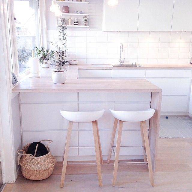 Пол из дерева на белой кухне