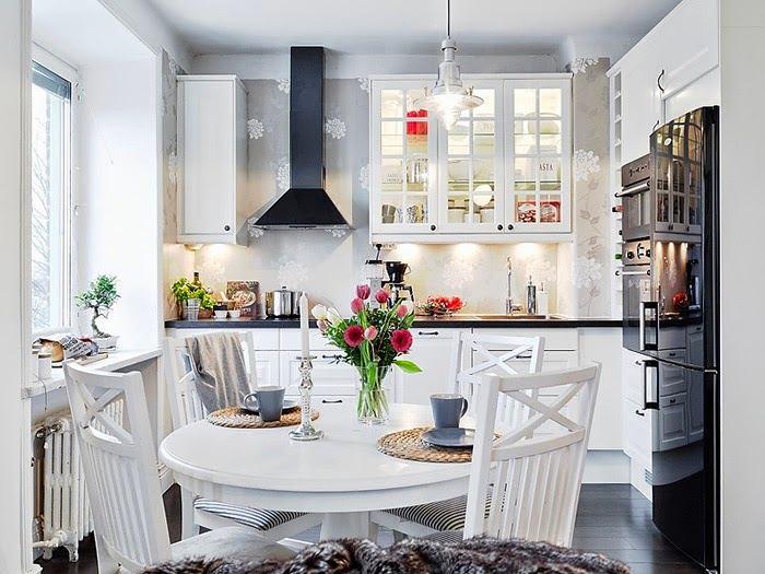 Мебель с стеклянными фасадами на белой кухне