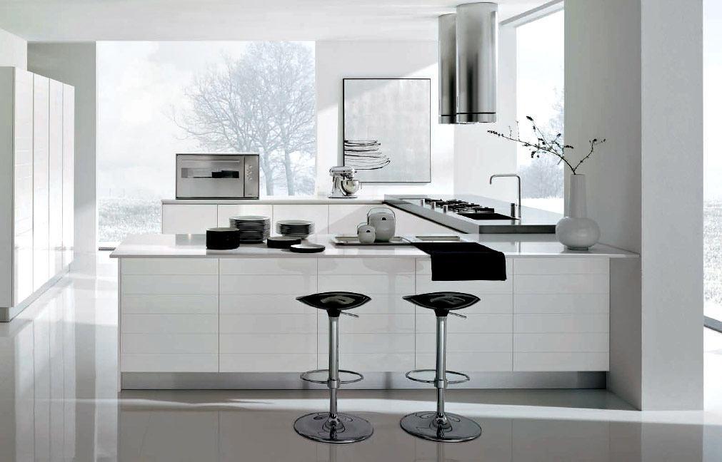 Черные стулья и техника на белой кухне