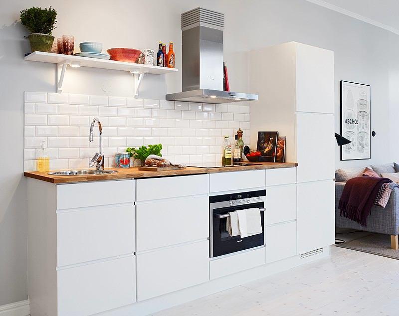 Фартук из декоративного кирпича на белой кухне
