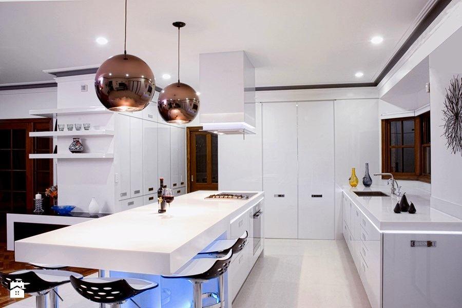 Дизайнерские светильники на белой кухне