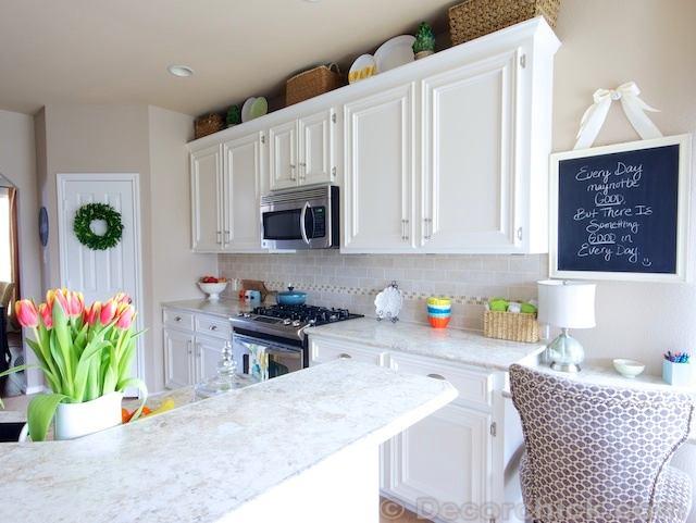 Классная доска на белой кухне