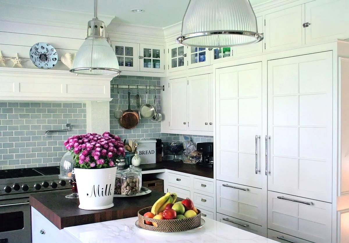Индустриальные светильники на белой кухне