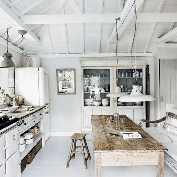 Деревенский интерьер на белой кухне