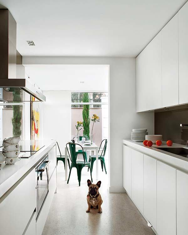 Открытый интерьер на белой кухне