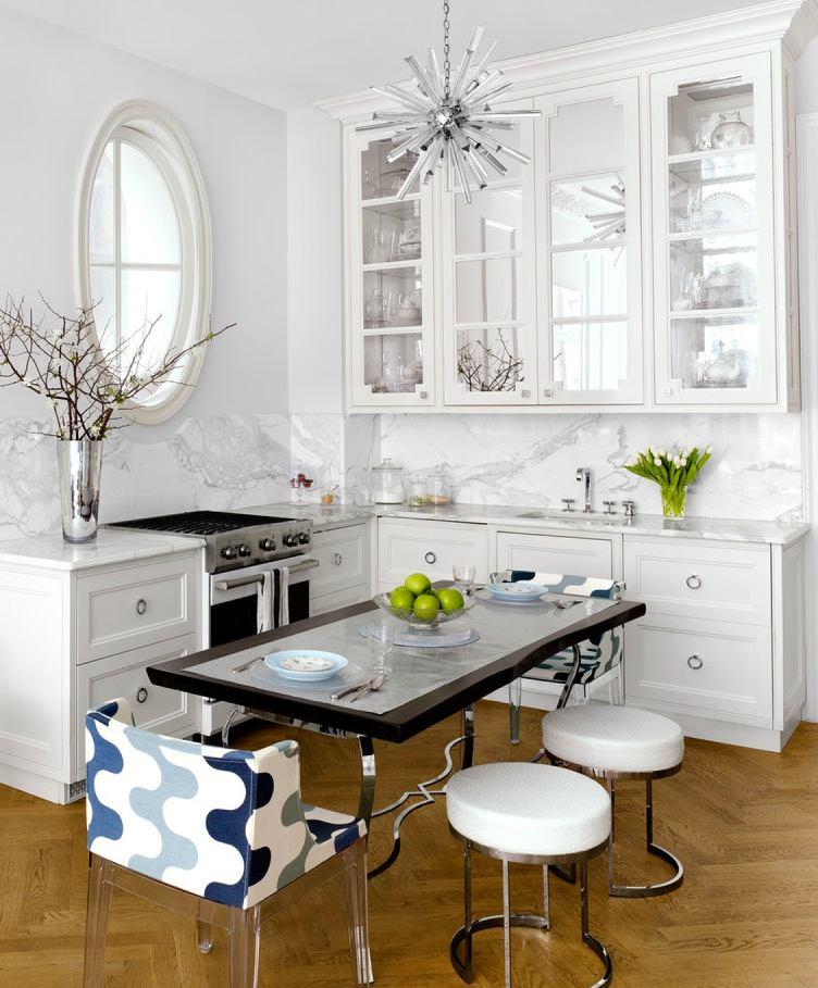 Круглое окно на белой кухне