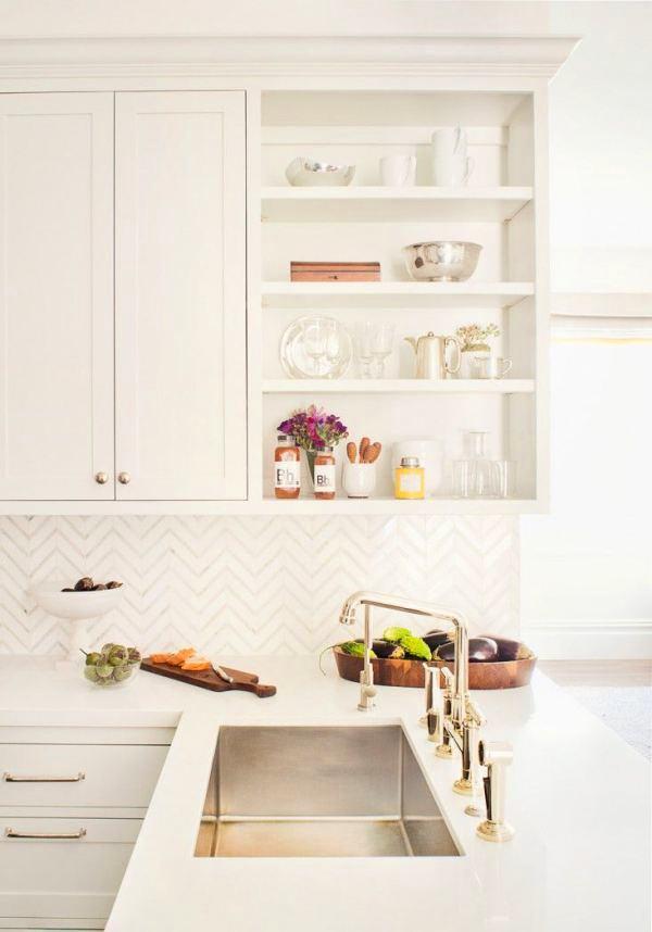 Фартук с узорами на белой кухне
