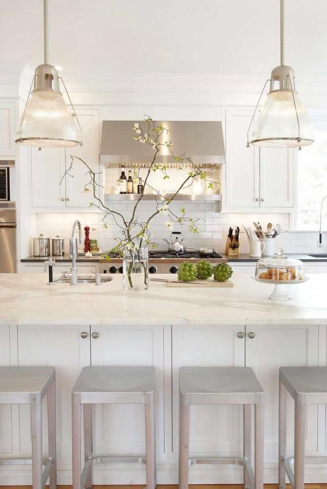 Необычное растения на белой кухне