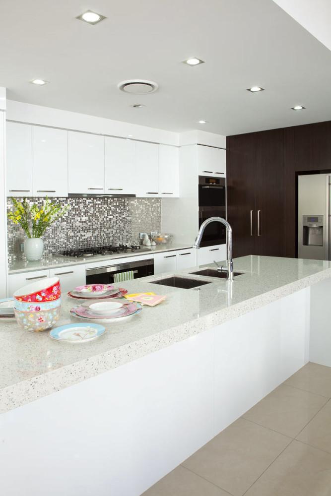 Фартук из мозаики на белой кухне
